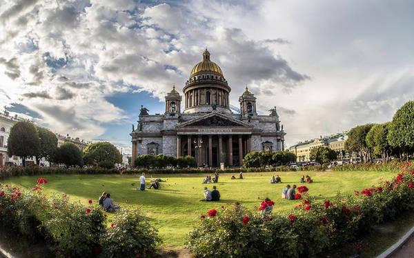 Saint Petersburg còn nổi tiếng với vô số nhà thờ Thiên chúa giáo có kiến trúc Gothic cổ kính như nhà thờ Kazan, St Issac...