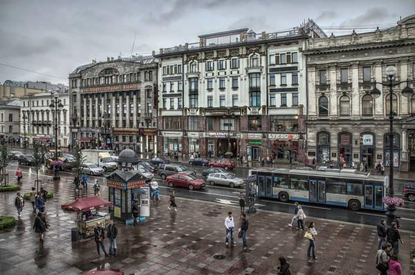 Nevsky Prospekt là khu trung tâm của Saint Peterburg và là một trong những đường phố nổi tiếng nhất ở Nga. Du khách có thể dễ dàng tìm đường đến đây bằng các phương tiện giao thông công cộng.