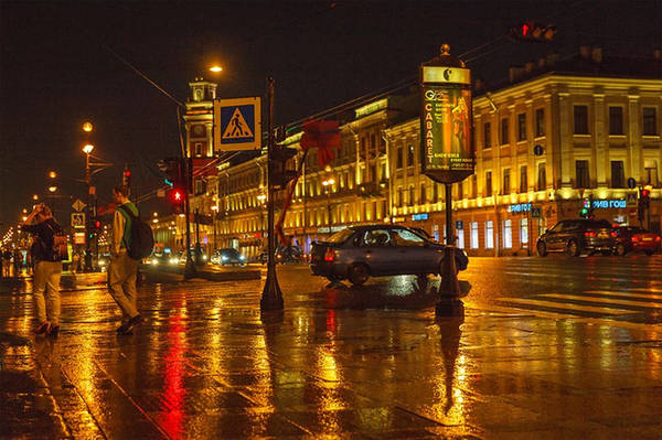 Nevsky Prospect còn là trung tâm mua sắm lớn nhất Saint Petersburg, với vô số các cửa hàng thời trang, mỹ phẩm, thiết bị công nghệ hay hàng điện tử của Nga và các nước khác trên thế giới.