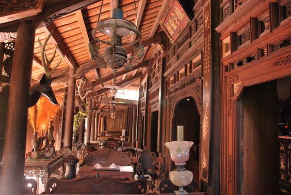 Nhà cổ ông Kiệt còn lưu giữ nhiều đồ cổ quý như bộ liễn đối khảm xà cừ, bộ bàn ghế với các hoa văn tinh tế, vật dụng bằng sứ…Ảnh: pda viet bao