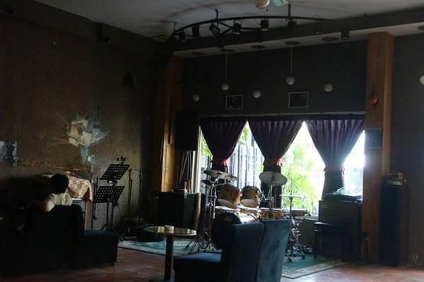 Quán cafe Tùng Jazz với phong cách cổ điển, được nhiều người đến thưởng thức âm nhạc. Ảnh: vinalo