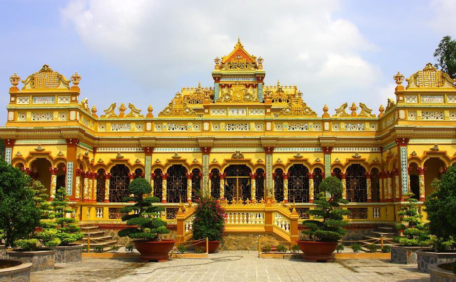 Chùa Vĩnh Tràng có kiến trúc lớn nhất Mỹ Tho mang kiến trúcAngkor-Âu. Ảnh: giaohoiphatgiao.