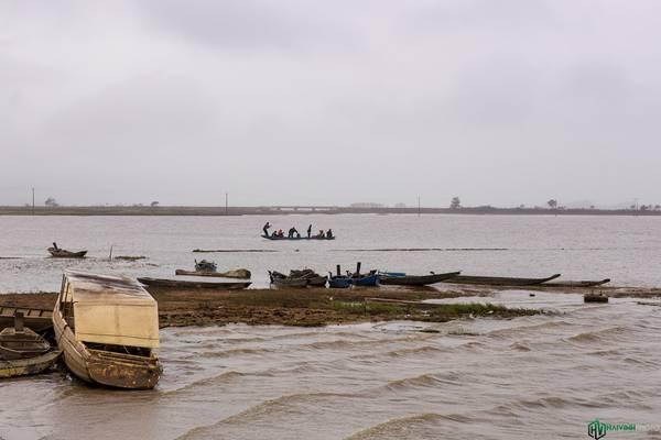 Một chiếc thuyền đưa người dân qua lại giữa hai bờ hồ.