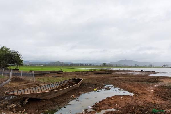 Cánh đồng trù phú được hình thành từ bãi bồi của hồ Lak.
