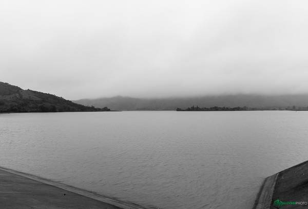 Hai bên đường thường xuất hiện những hồ nước lớn mà chúng tôi không biết tên.