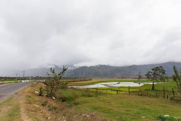 Gần tới thị trấn Liên Sơn có những thung lũng rộng lớn, trải dài với hậu cảnh là những dãy núi hùng vĩ.