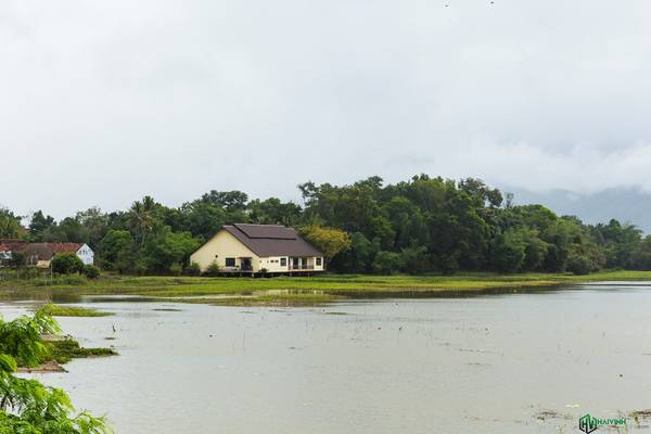 Xung quanh hồ là những khu nghỉ dưỡng, nằm lẩn khuất sau những tán cây rất hài hòa với thiên nhiên.