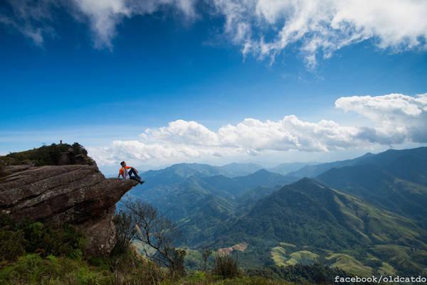 Đỉnh Pha Luông Pha Luông được mệnh danh là nóc nhà của cao nguyên Mộc Châu, với độ cao hơn 2.000 m. Quãng đường chinh phục Pha Luông khá khó, đòi hỏi sự kiên trì của người muốn khám phá thực sự. Nơi đỉnh núi chênh vênh bạn sẽ cảm nhận vẻ đẹp của mây trời lộng gió. Ảnh: Mèo Già.
