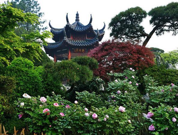 Nếu đến miền Đông Trung Quốc, thì Hồ Tây, Hàng Châu là địa điểm lý tưởng để ngắm hoa xuân. Nơi này được ví như thiên đường ở Trung Quốc với các ngôi nhà cổ được bao phủ bởi cây cối và những khóm hoa đủ sắc màu, in bóng xuống hồ.