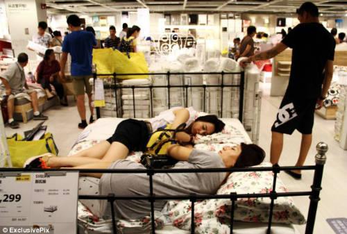 Người bản địa quan niệm rằng trước khi mua nội thất, họ phải dùng thử bằng cách nằm ngủ ngay tại phòng trưng bày để đo độ thoải mái của chúng. Ảnh: Exclusive Pix.