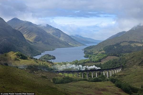 """Đi chuyến tàu tới trường phù thủy Hogwarts (Anh): West Highland là tuyến đường sắt đẹp nhất nước Anh. 42 dặm cuối hành trình chạy bằng xe lửa đầu máy hơi nước có tên The Jacobite và trở nên đắt khách sau loạt phim """"Harry Potter"""". Vượt qua Cầu cạn Glenfinnan, du khách sẽ nhìn thấy hồ Loch Shiel, trước khi tàu leo qua rừng cây tần bì."""