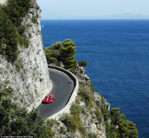 Lái xe cổ dọc bờ biển Amalfi (Italy): Rất nhiều xe cổ cho thuê ở thị trấn Sorrento. Khi lái xe dọc bờ biển, bên cạnh bạn là vách đá cheo leo, bên dưới là biển Tyrrhenian xanh thẳm. Lái xe chậm là cách tốt nhất để tận hưởng và ghi nhớ lại khung cảnh tuyệt vời này.