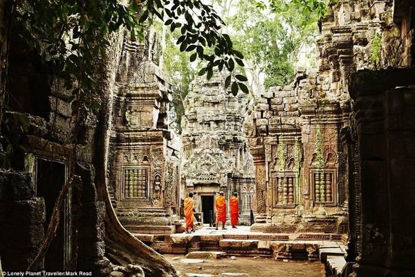 Khám phá quần thể Angkor (Campuchia): 1.000 năm trước, Angkor từng là nhà của gần một triệu người, rộng lớn hơn bất cứ thành phố nào trước Thời đại Công nghiệp. Angkor Wat là địa điểm nổi tiếng nhất, là kiến trúc tôn giáo lớn nhất thế giới, đại diện cho người Hindu. Ngoài ra quần thể còn có những ngôi đền nổi tiếng khác như Bayon và Ta Prohm.