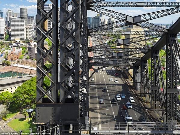 Leo lên cầu cảng Sydney (Australia): Đây được coi là biểu tượng của thành phố từ khi được khánh thành vào năm 1932. Du khách có cơ hội leo lên những mái vòm trên cầu dưới sự giúp đỡ của hướng dẫn viên và hệ thống dây cáp. Từ đỉnh vòm cao 134 m, Sydney giống như bức tranh toàn cảnh 360 độ với những vách đá, bãi biển và cầu cảng, xung quanh là mặt nước lấp lánh.