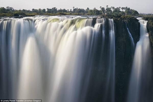 Ngâm mình trong hồ bơi Devil's Pool (Zimbabwe): Thác Victoria nằm tại biên giới Zambia và Zimbabwe. Sông Zambezi đổ xuống từ độ cao 100 m, va chạm mạnh với mặt nước, tạo ra một màn sương. Một số du khách dũng cảm ngâm mình trong những bể bơi bên vách thác, chẳng hạn như Devil's Pool. Từ đây có thể nhìn xuống hẻm núi sâu hun hút, phủ đầy mây và cầu vồng.