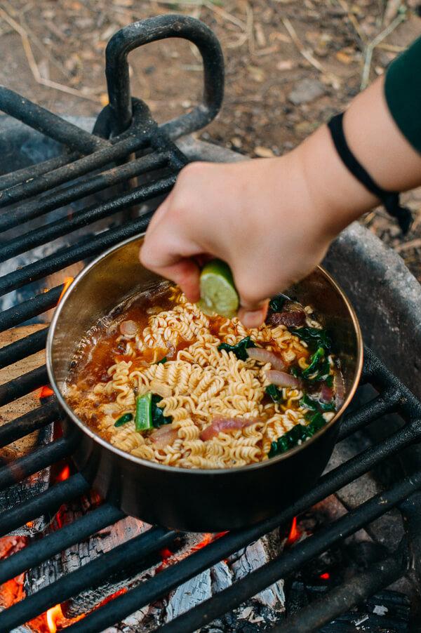 Xét ra, mì gói đúng là món ăn kì diệu nhất trần đời. Kết hợp với cái gì cũng được, cũng dễ. Này nhé, chỉ thêm tí rau, tí thịt hay cây xúc xích rồi thêm chanh, thêm ớt vào thì có mà gấp đôi nồi này cũng hết bay ấy chứ! Kiểu mì dã chiến thế này rất hợp để nấu ăn khi cắm trại và cũng là cách ăn mì ưa thích của người Hàn Quốc.