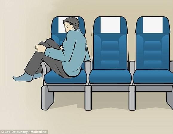 """Nghiêng người vào ghế: Xoay nghiêng người, dựa một bên vào ghế ngồi và gác đôi chân lên tay vịn. Đây là tư thế hoàn hảo nếu muốn ngủ và tránh """"sự khó chịu"""" từ người kế bên. Tuy nhiên, ngủ theo cách này không lịch sự, vì có thể gây cản trở lối đi."""