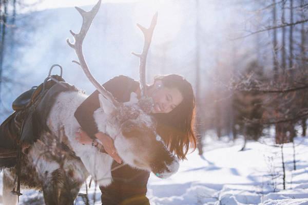 Từ Tsagaan Nuur, ngôi làng cuối cùng ở phía Bắc, đoàn đã ở trên lưng tuần lộc gần 6-7 ngày trời, băng qua đồi núi, sông hồ đóng băng, ngủ trên nền tuyết trong những chiếc yurts (lều dã chiến của người Tsataan) với những đêm nhiệt độ xuống đến - 35 độ C.