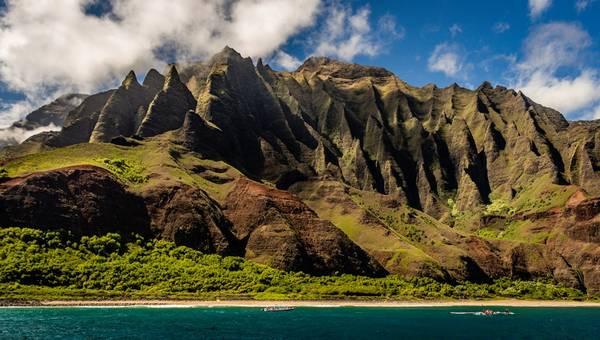 Phong cảnh ngập sắc xanh, đầy sức sống, như Nā Pali Coast State Park, đảo Kauaʻi: Công viên Nā Pali nằm ở phía tây bắc ở đảo Kaua'i thuộc quần đảo Hawaii, rộng 2.499 ha, được hình thành nhằm bảo vệ thung lũng Kalalau. Ảnh: Christian Joudrey.