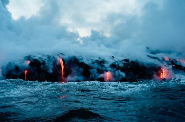"""Cảnh tượng được mô tả là """"tuyệt vời"""", """"như ảo ảnh"""" khi dòng sông dung nham giao hòa với biển lớn, những đám mây hơi nước lưu huỳnh bốc lên, tạo thành một trải nghiệm khó quên. Ảnh: Buzz Andersen."""