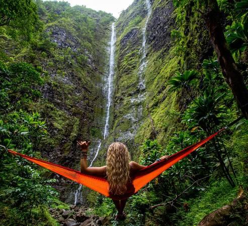 Thác nước ở đảo O'ahu được đánh giá là những viên ngọc quý giá của thiên nhiên, làm nên cảnh sắc hấp dẫn cho nơi đây. Phần lớn thác nước náu mình ở rừng sâu, và không phải tất cả đều có thể tiếp cận dễ dàng. Thậm chí, nhiều thác rất đẹp nhưng cấm khách tham quan do địa hình quá nguy hiểm. Một số thác trên O'ahu mà bạn có thể ghé thăm để có những shot hình long lanh là thác Manoa, thác Maunawili, thác Lulumahu... Ảnh: Kalen Emsley.