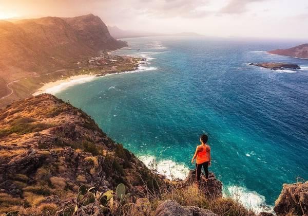 Bãi biển Makapu'u: Nằm ở phía đông nam của đảo O'ahu, bãi này thường bị du khách bỏ qua trong quá trình di chuyển để tham quan Ngọn hải đăng Makapu'u. Bãi biển Makapu'u như một chiếc vịnh nhỏ, với những đụn cát đổ nghiêng ra biển. Đứng trên bãi biển, bạn có thể ngắm nhìn hình bóng khổng lồ của những dãy núi đá nham thạch soi mình xuống đại dương trong xanh. Ảnh: Michael Matti.