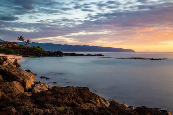 Bãi biển Three Tables, Haleʻiwa, O'ahu: Khi thủy triều xuống, ba tảng đá ngầm bằng phẳng sẽ lộ ra trên mặt biển. Đó là lý do bãi này có tên gọi là Three Tables, tức là Ba chiếc bàn. Trong thời tiết dễ chịu, biển lặng, bạn sẽ có cơ hội lặn biển, hoặc bơi với ống thở, ngắm đàn cá đầy màu sắc hoặc thậm chí là các ống dung nham, đá ngầm ở độ sâu 6 m. Ảnh: Christian Joudrey.