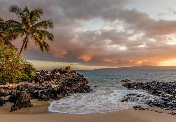 Bãi biển Kīhei: Bãi nằm ở phía tây nam đảo Māui, là khu vực nắng ráo nhất của hòn đảo. Bãi dài gần 10 km đường bờ biển, là nơi bạn có thể thỏa thích bơi lội, lướt sóng, lặn với ống thở, chèo thuyền kayak, hoặc ngắm cá voi lưng gù khổng lồ nhảy trên mặt biển. Ảnh: Christian Joudrey.