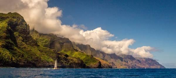 """""""Nā Pali"""" có nghĩa là """"những vách đá cao"""". Dãy vách đá sừng sững nơi đây cao 1.200 m so với mặt biển Thái Bình Dương. Bạn không thể đến công viên này bằng xe đường bộ, nhưng có thể thưởng thức cảnh sắc hùng vĩ bằng cách đi bộ leo núi, ngắm cảnh từ trực thăng, hoặc đi thuyền kayak từ biển. Ảnh: Christian Joudrey."""
