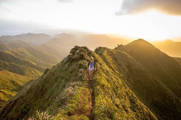 """Bậc thang Haʻikū Stairs, Kāneʻohe, đảo O'ahu: Được mệnh danh là """"Những nấc thang lên thiên đường"""", Haʻikū Stairs là con đường đi bộ leo núi khá dốc. Haʻikū Stairs có 3.922 bậc thang trải quanh dãy núi Ko'olau. Ảnh: Kalen Emsley."""