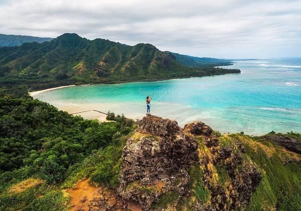 Crouching Lion, đảo O'ahu: Đi theo đường mòn Crouching Lion, lên đến đỉnh đồi, du khách sẽ có cảm giác như mình đang đứng trên đỉnh thế giới, phóng tầm mắt ngắm nhìn cảnh sắc thiên nhiên phía xa. Ảnh: Michael Matti.