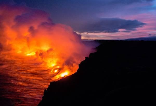 Núi lửa Kīlauea, quần đảo Hawaii: Bức ảnh được chụp trong chuyến tham quan nham thạch núi lửa Kīlauea. Du khách di chuyển bằng tàu dọc theo bờ biển để tận mắt chứng kiến dòng dung nham thuộc khu vực thị trấn Kalapana. Ảnh: Mandy Beerly.