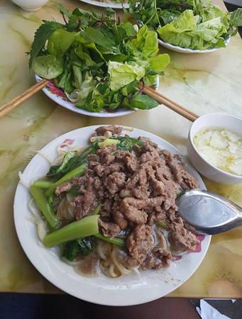 Phở xào Bát Đàn là món ăn đêm không thể bỏ qua ở Hà Nội. Sợi phở dai, được xào cùng những miếng thịt bò thơm ngọt và nước sốt đậm đà, nóng hổi, ăn kèm với rau sống. Ngoài phở xào bò, ở đây còn có phở xào tim cật, phở xào thập cẩm... cho bạn lựa chọn. Giá một suất dao động từ 45.000 đến 75.000 đồng. Ảnh: Hoàng Thắng.