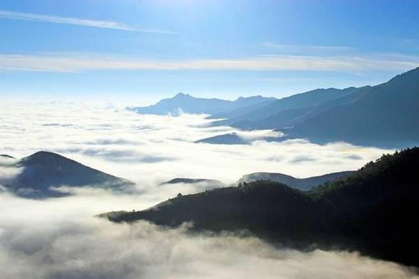Tà Xùa  Đến với Tà Xùa (huyện Bắc Yên, tỉnh Sơn La), bạn sẽ được trải nghiệm hành trình đi săn với khung cảnh mây trắng phủ kín một thung lũng. Đường lên Tà Xùa dốc đứng, quanh co qua những bản người Mông thấp thoáng hai bên triền dốc. Trên đỉnh Tà Xùa, nếu may mắn bạn sẽ được ngắm biển mây bồng bềnh. Thời điểm thích hợp nhất để săn mây Tà Xùa là những tháng mùa đông, từ tháng 12 đến tháng 3 hàng năm. Ảnh: Ngong Hankang.
