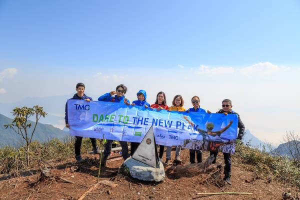 Cả đoàn háo hức chụp ảnh lưu niệm với cột mốc Bạch Mộc Lương Tử.