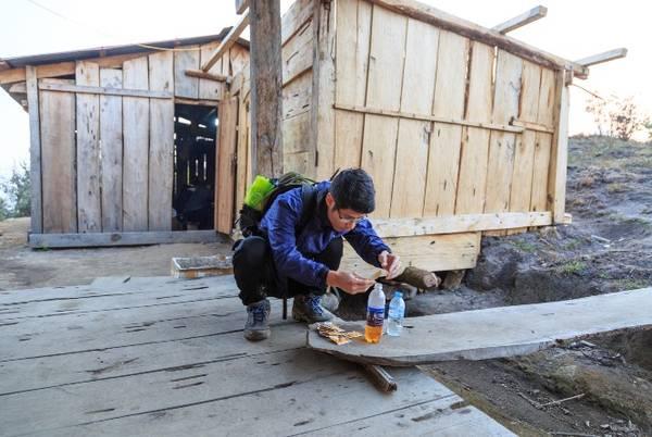 Chúng tôi phải chuẩn bị mỗi người chai nước pha Olerol để đi đường uống chống mất nước và chuột rút.