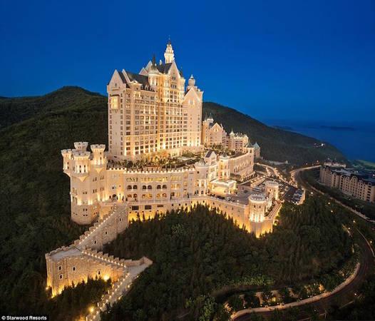 Castle Hotel (Khách sạn Lâu đài) mang vẻ đẹp như bước ra từ truyện cổ tích khi toạ lạc trên đỉnh núi Hoa Sen, nhìn xuống thành phố Đại Liên, tỉnh Liêu Ninh, Trung Quốc. Khách sạn thuộc sở hữu của Starwood Hotels & Resorts và là một phần trong bộ sưu tập The Luxury Collection.