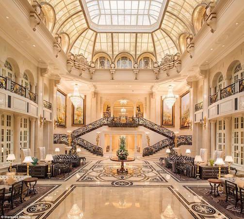 """Mang phong cách Bavaria, khách sạn có tầm nhìn hướng trọn ra biển và thành phố. Castle Hotel đi vào hoạt động từ năm 2014, trở thành một trong những khách sạn ấn tượng nhất tại Trung Quốc. Nhiều du khách ví khách sạn như bước ra từ câu chuyện """"Người đẹp và Quái vật"""" với pháo đài, sàn đá cẩm thạch và những khu vườn trang trí tuyệt đẹp."""