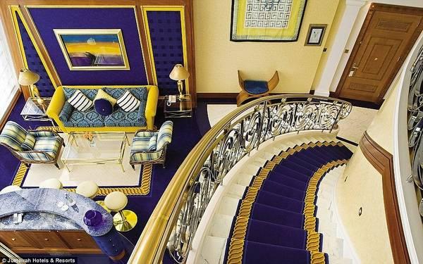 Với hơn 600 m2 dát vàng, khách sạn này thu hút giới giàu có và nổi tiếng trên khắp thế giới, từ các ngôi sao điện ảnh tới thành viên hoàng gia.