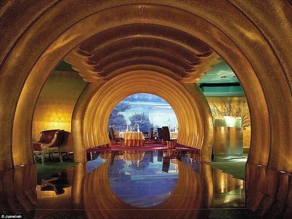 Burj Al Arab có 9 nhà hàng, trong đó có Al Maharba, nơi bàn ăn được bày quanh bể thủy sinh với nhiều loài cá rực rỡ sắc màu.