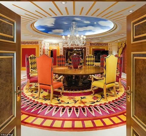 Chỉ những người giàu có mới có thể ở đây (giá phòng mùa thấp điểm ở đây bắt đầu từ 1.200 USD một đêm), nhưng khách sạn thu hút nhiều người theo dõi nhờ sự xa xỉ đến khó tin.