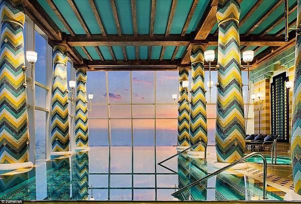 Spa nhiều màu sắc này nhìn xuống thành phố Dubai, với giá từ 320 USD cho 3 tiếng.