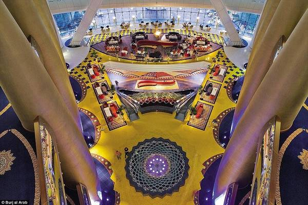 Burj Al Arab được thiết kế với những tinh hoa của nền văn hóa Ả Rập, với chiều cao lên tới 180 m (cao hơn tượng Nữ thần Tự Do ở New York, Mỹ).