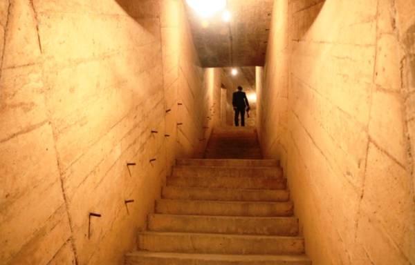Hành lang lắt léo dẫn tới các phòng, lên khu vực tầng 2, 3 và cũng là lối thoát hiểm duy nhất.