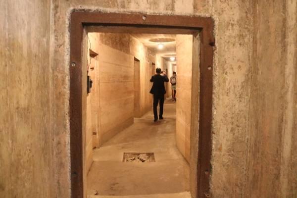 Ngay ở ngách trái của cửa hang là một cửa độc đạo cao khoảng 1,5 m, rộng 0,8 m dẫn vào bên trong bệnh viện. Trước đây, nó được lắp cánh bằng sắt kiên cố với mục đích chống đạn, bom và kẻ địch xâm nhập. Tuy nhiên, gần đây bệnh viện được địa phương đưa vào làm điểm tham quan du lịch, chiếc cánh sắt vì thế đã được tháo bỏ.