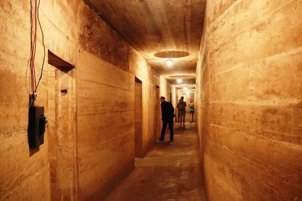 Dọc hành lang và bên trong các phòng đều được lắp đặt hệ thống điện chiếu sáng nhằm đảm bảo công tác cứu chữa bệnh.