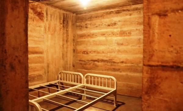 Tầng 1 được xây dựng bằng bê tông, cốt thép, gồm nhiều phòng chức năng phục vụ việc khám chữa bệnh.