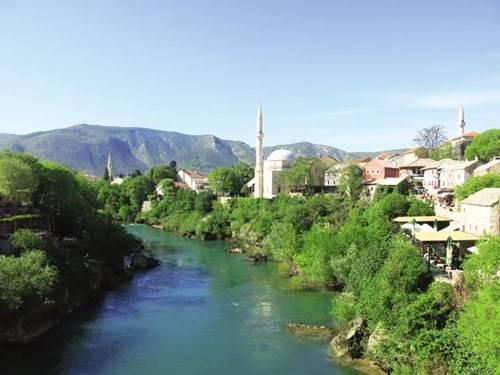 Dòng sông Neretva với màu xanh ngọc hiếm có