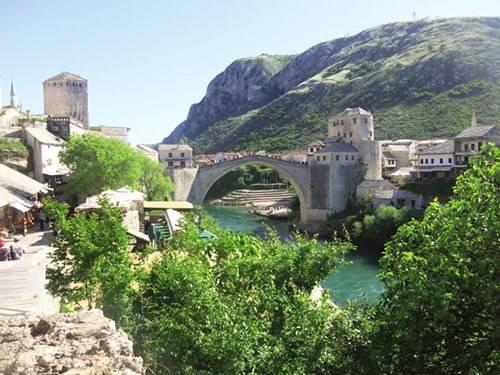Thành phố trải dài hai bên bờ sông