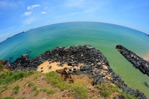 Các bãi biển xanh ngắt bên ghềnh đá hình thù độc đáo hút khách đến Phú Yên vào mùa hè. Tàu du lịch TP HCM - Phú Yên cũng được tăng cường khai thác để phục vụ nhu cầu của du khách. Ảnh: Lê Minh.